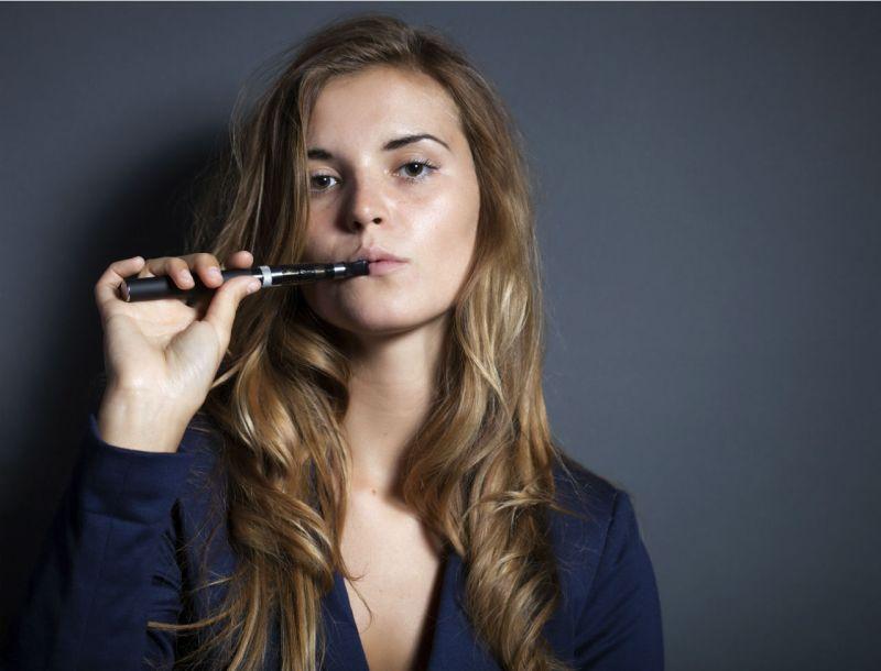 fumer-une-cigarette-electronique-11