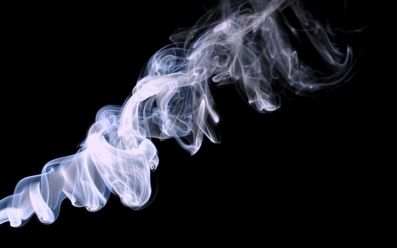 fumer-une-cigarette-electronique-14